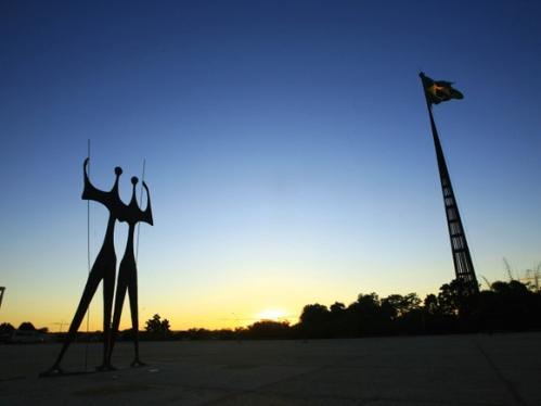 Monumento-Dois-Candangos-na-Praça-dos-Três-Poderes-em-Brasília-é-uma-homenagem-aos-trabalhadores-que-atuaram-nas-obras-da-cidade