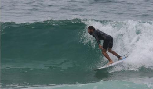 610359-cau-atilde-reymond-surfa-na-praia-de-950x0-2.jpg
