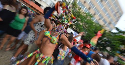 9fev2013---folioes-do-bloco-banda-de-ipanema-pulam-carnaval-nas-ruas-do-rio-de-janeiro-1360436810217_956x500