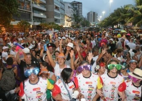 milhares-de-folioes-atravessaram-a-avenida-viera-souto-em-ipanema-atras-do-tradicional-bloco-de-rua-05032011-1299531632052_560x400