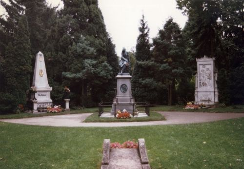 1200px-Beethoven_and_Schubert_graves_-_Zentralfriedhof_Vienna.jpg